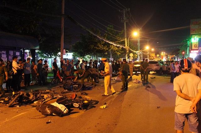 Xe máy của nạn nhân nằm la liệt trên đường