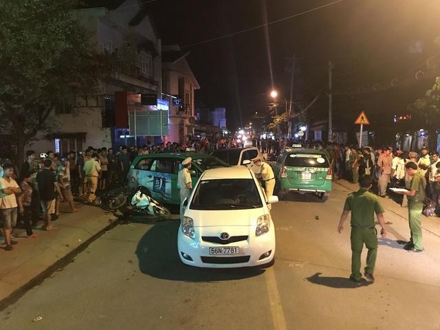 Hiện trường vụ tai nạn trên đường Hà Huy Giáp (quận 12) khiến 2 người chết, 10 người bị thương