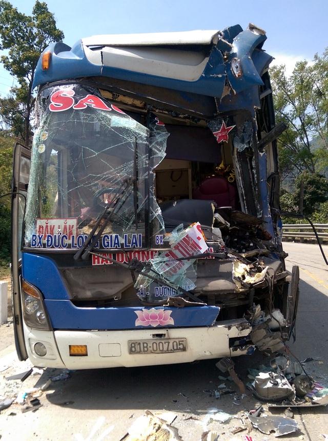 Chiếc xe khách nát đầu, tài xế mắc kẹt, xe mất khả năng điều khiển trong khi đang chở 30 hành khách đổ đèo Lò Xo.