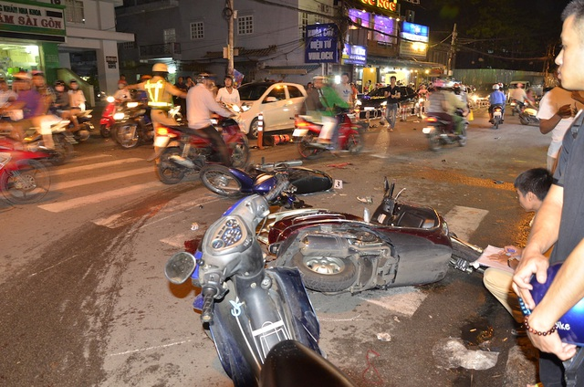 2 vụ tai nạn liên tiếp giữa 5 ô tô và 14 xe máy, 10 người bị thương - 1