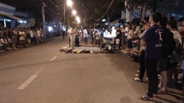 Rất đông người dân đứng hai bên đường theo dõi vụ việc