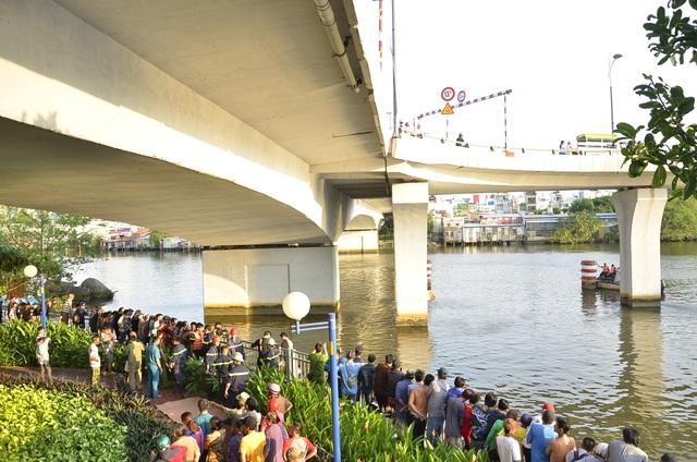Rất đông người dân tập trung xem lực lượng cứu hộ tìm kiếm nạn nhân dưới chân cầu Nguyễn Văn Cừ