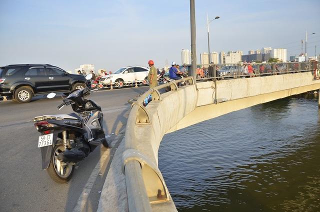 Lan can cầu nơi xảy ra tai nạn khá thấp