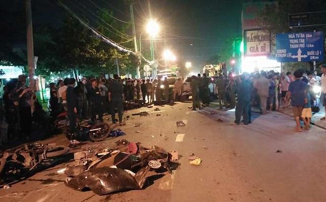 2 vụ tai nạn liên tiếp giữa 5 ô tô và 14 xe máy, 10 người bị thương - 4