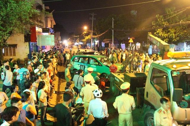 Người dân tập trung xem CSGT khám nghiệm hiện trường vụ tai nạn trên đường Hà Huy Giáp (quận 12)