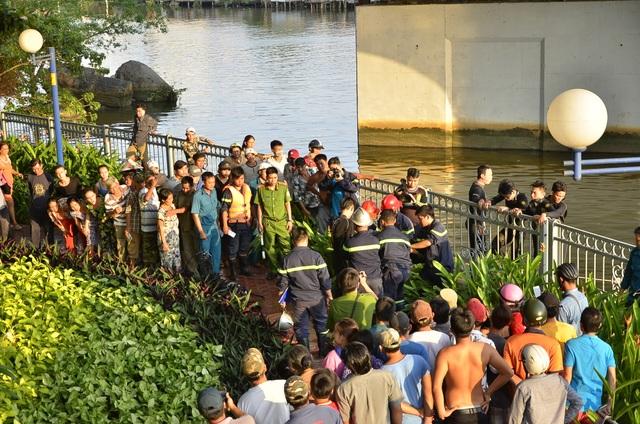 Thi thể nạn nhân được tìm thấy đưa lên bờ
