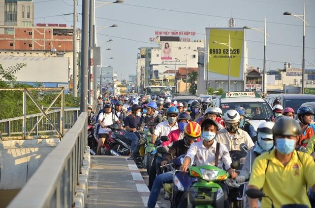 Giao thông qua cầu Nguyễn Văn Cừ kẹt cứng nhiều giờ liền.