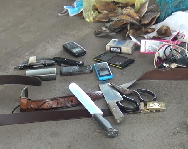 Nhiều dao kéo và kim tiêm công an thu giữ