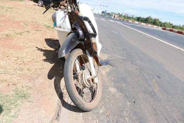 Chiếc xe máy của nạn nhân bị tông văng vào lề đường