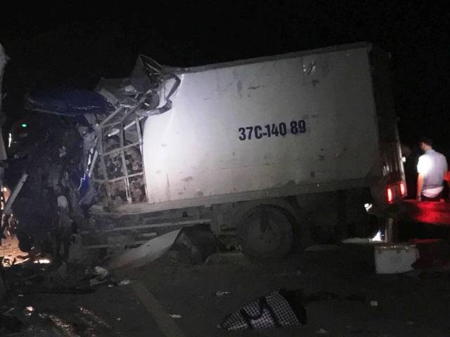 Sau cú va chạm, tài xế xe tải mắc kẹt trong ca bin