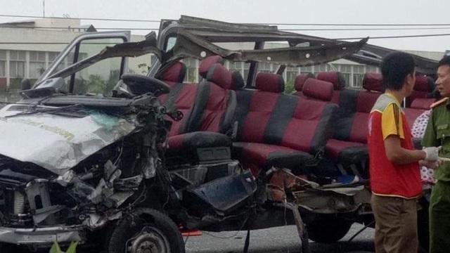 Chiếc xe khách 16 chỗ móp đầu, biến dạng (ảnh Facebook)