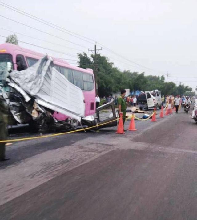 Tai nạn nghiêm trọng giữa hai xe chở khách chạy ngược chiều khiến 6 người chết (ảnh Facebook)