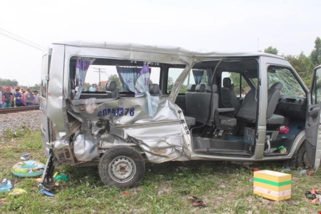Xe ô tô biến dạng sau vụ TNGT đường sắt tại tỉnh Đồng Nai ngày 1/2 - mùng 5 Tết (ảnh: Cục CSGT)