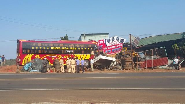 Hiện trường vụ xe cứu hộ tông sập 2 nhà dân