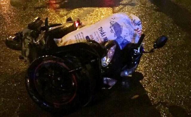 Chiếc xe máy 2 nạn nhân bị văng ra ngoài sau khi húc vào đuôi xe đầu kéo