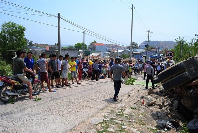 Đông đảo người dân chứng kiến vụ tai nạn thương tâm