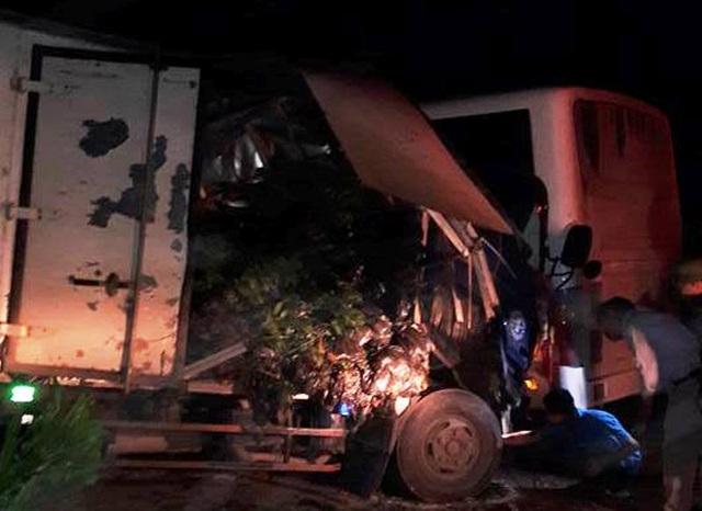 Chiếc xe tải nát bét đầu sau cú va chạm