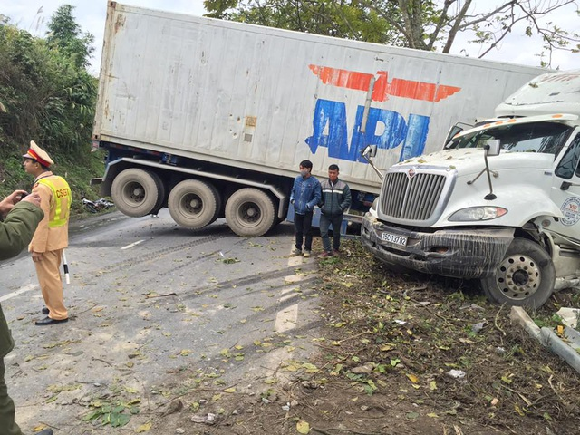 """Hàng cây ven đường """"cứu"""" chiếc xe tải khỏi lao xuống vực sâu - 1"""