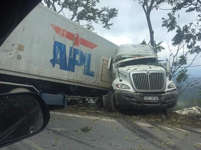 Chiếc xe suýt lao xuống vực sâu.