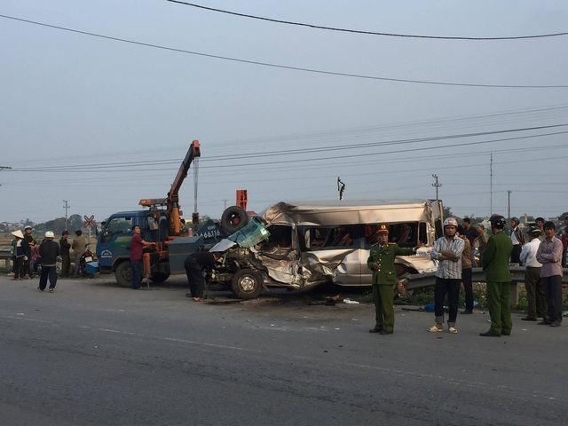 Tàu hỏa tông ô tô 16 chỗ, 1 người tử vong, nhiều người bị thương - 3