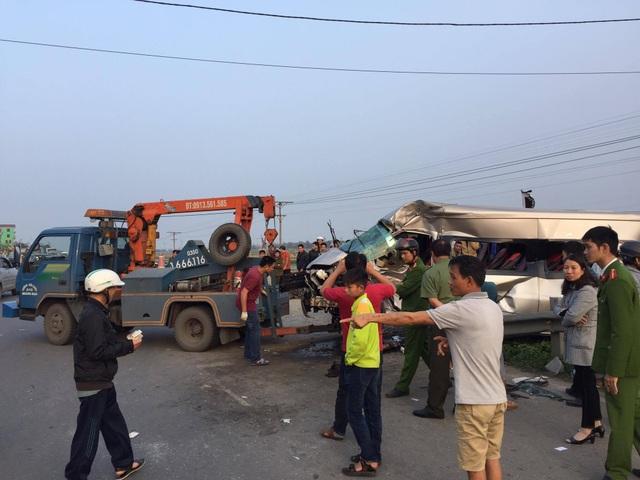 Tàu hỏa tông ô tô 16 chỗ, 1 người tử vong, nhiều người bị thương - 5