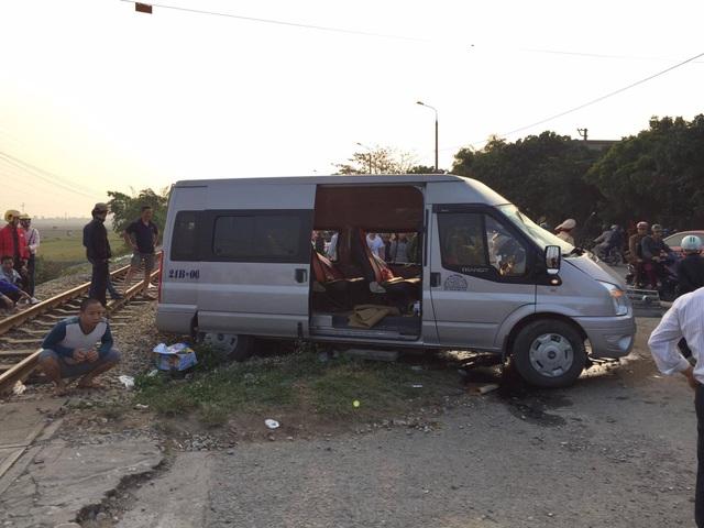 Tàu hỏa tông ô tô 16 chỗ, 1 người tử vong, nhiều người bị thương - 4