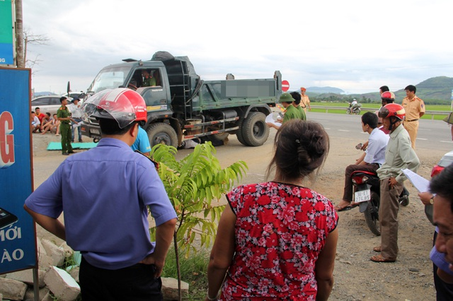 Công an, VKSND huyện Kỳ Anh dựng lại hiện trường vụ tai nạn.