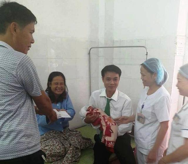 Tài xế taxi và mẹ con sản phụ tại bệnh viện (ảnh: Nguyễn Đức Kiên)