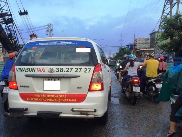 Tài xế taxi Vinasun dán băng rôn phản đối Grab, Uber được đánh giá là không đẹp, ảnh hưởng đến hình ảnh TPHCM