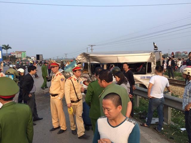 Tàu hỏa tông ô tô 16 chỗ, 1 người tử vong, nhiều người bị thương - 6