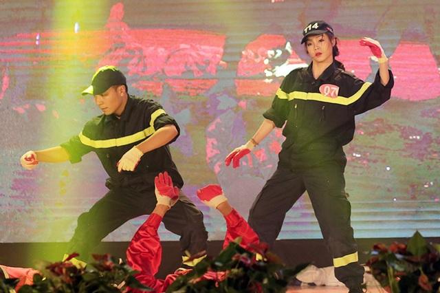 Nguyễn Thị Oanh vào vai một người lính cứu hỏa, mang đến cuộc thi nét đặc trưng của ngành học của mình.