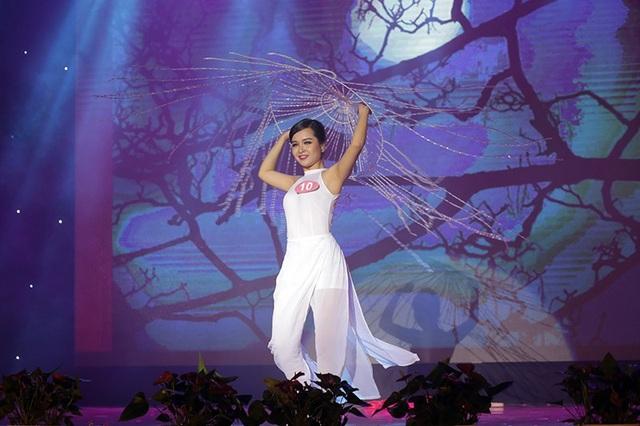 Nguyễn Tú Uyên – Học viện Phụ nữ Việt Nam đem đến phần thi tài năng múa Dệt tầm gai đầy ma mị, huyền bí