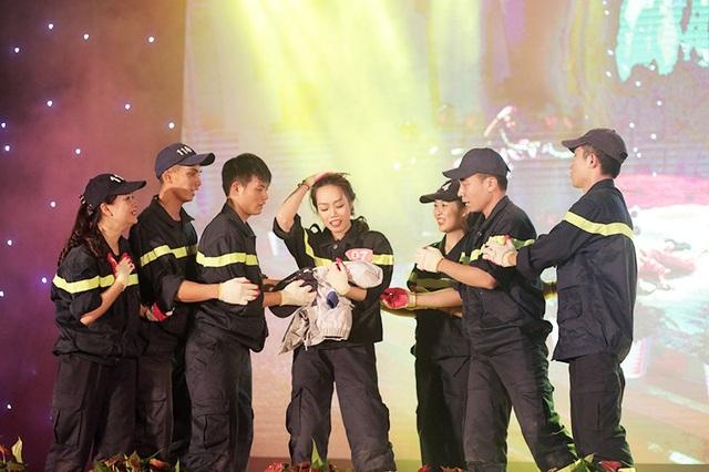 """Á khôi ĐH Phòng cháy chữa cháy đã dùng ngôn ngữ nhảy múa, kể câu chuyện của những người lính cứu hỏa giành giật sự sống cho những người dân khỏi """"giặc lửa"""""""