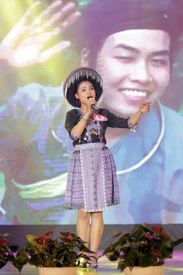 Nữ sinh của ĐH Y Dược – ĐH Thái Nguyên Bàn Thị Thu Hương gây bất ngờ cho toàn bộ khán phòng khi hát tiếng Việt và tiếng dân tộc trong bài hát Người Mèo có chữ