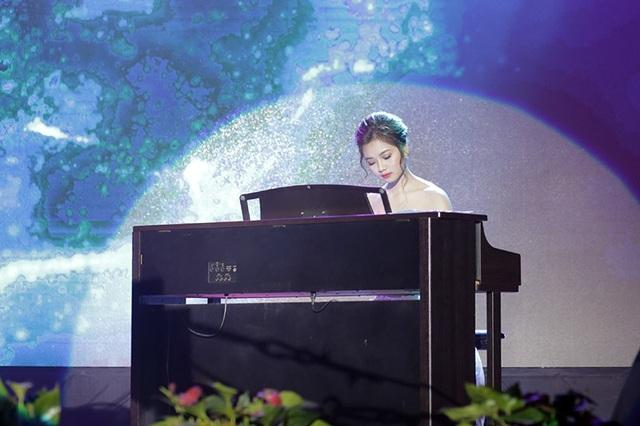 Nữ sinh giành giải Gương mặt triển vọng Nguyễn Thị Lý đưa toàn bộ khán phòng đắm chìm trong không gian âm nhạc với phần biểu diễn tài năng piano