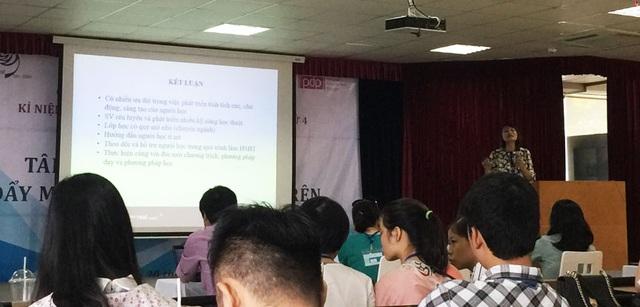 TS. Hồ Thị Nhật, khoa Tâm lý Giáo dục, ĐH Sư Phạm Hà Nội trình bày tham luận