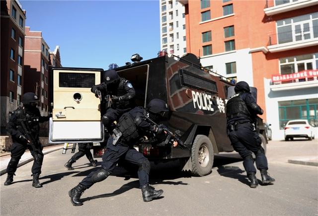 Cảnh sát diễn tập chống bạo động ở Tân Cương (Ảnh: China Daily)