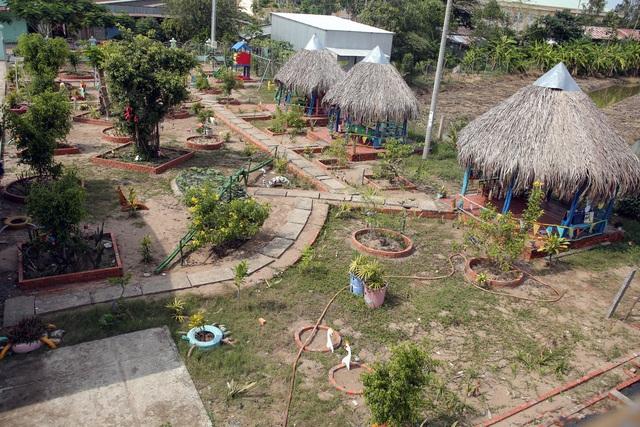 Khu vui chơi của trẻ được nhà trường xây dựng từ tận dụng các vật liệu sẵn có địa phương