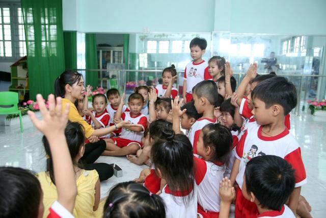 Để bài giảng phong phú, giáo viên trường MN Tân Nghĩa đã sưu tầm, tham khảo các chương trình, các trò chơi trên báo đài, internet... và áp dụng công nghệ giảng dạy để nâng cao chất lượng giờ học cho học sinh.