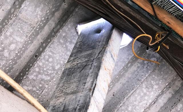 Một thanh sắt to, dài khoảng 6m bất ngờ lao thẳng từ tầng 9 của công trình xuống, đâm xuyên qua mái tôn, vào trong phòng của người dân