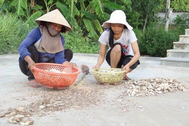 Em Luyên phụ giúp mẹ phơi sắn cho khô để xuất bán