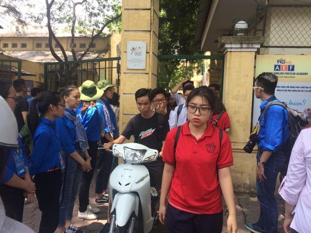 Thí sinh Hà Nội tan thi môn GDCD. (Ảnh: Mai Châm)