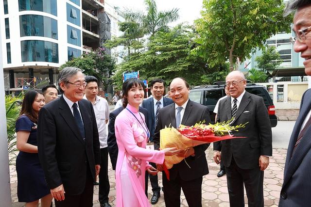 Sinh viên ĐH Việt Nhật tặng hoa Thủ tướng (Ảnh: Bùi Tuấn)