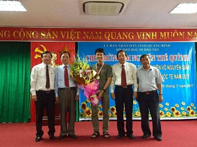 Lãnh đạo tỉnh, Sở GD&ĐT, Trường THPT chuyên Võ Nguyên Giáp và Hội trưởng Hội đồng hương Quảng Bình tại Hà Nội chụp ảnh lưu niệm cùng em Nguyễn Thế Quỳnh