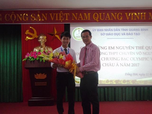 Ông Trần Công Thuật, Phó Bí thư Thường trực Tỉnh ủy Quảng Bình tặng hoa chúc mừng em Nguyễn Thế Quỳnh