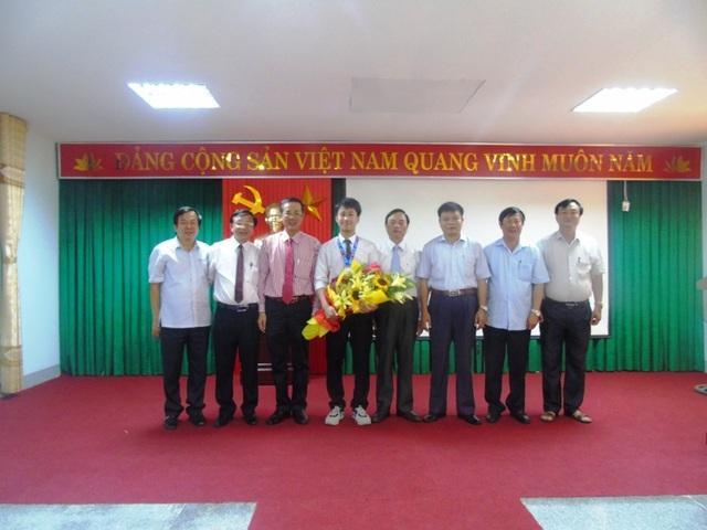 Lãnh đạo tỉnh, Sở GD-ĐT Quảng Bình và Ban giám hiệu Trường THPT chuyên Võ Nguyên Giáp chụp ảnh kỷ niệm cùng em Nguyễn Thế Quỳnh