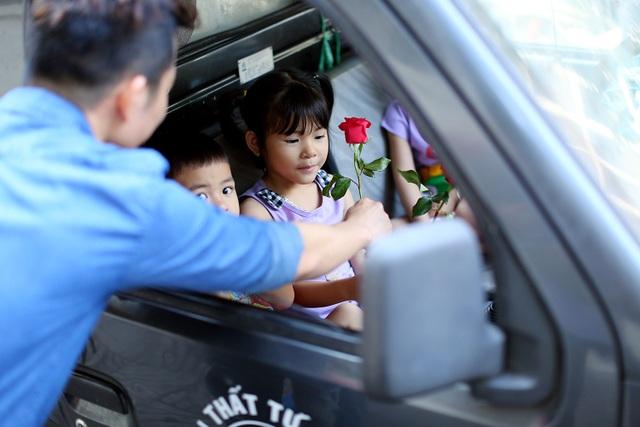 Niềm vui của một bé gái khi được tặng hoa.