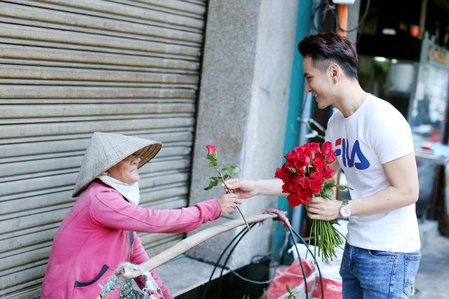 """3 chàng """"soái ca"""" xuống phố tặng hoa phụ nữ nghèo ngày 8/3 - 14"""