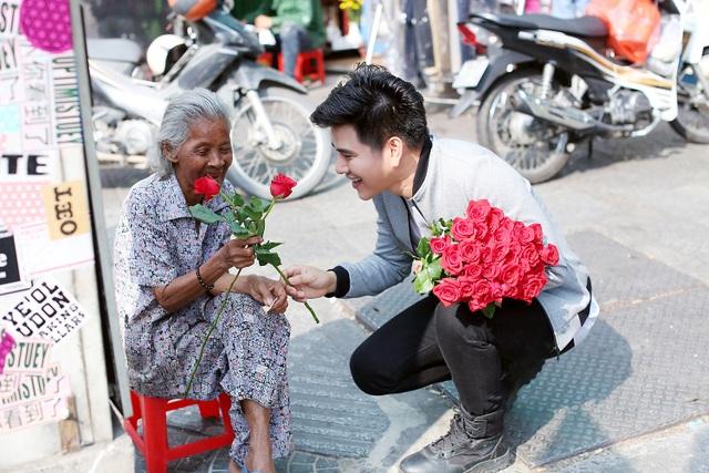 """3 chàng """"soái ca"""" xuống phố tặng hoa phụ nữ nghèo ngày 8/3 - 7"""