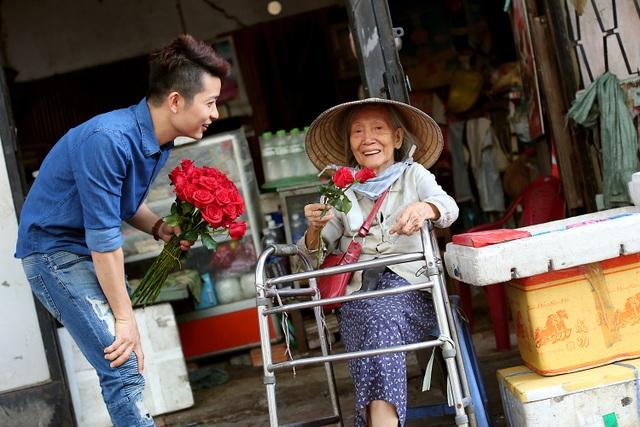 """3 chàng """"soái ca"""" xuống phố tặng hoa phụ nữ nghèo ngày 8/3 - 11"""